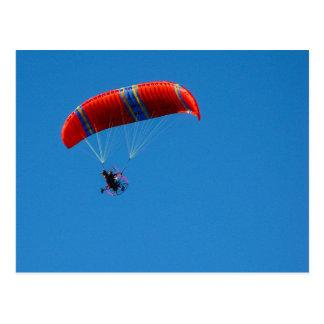 Paraglider do motor no cartão do céu azul