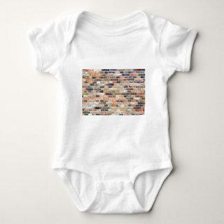 Parede de tijolo com várias cores body para bebê