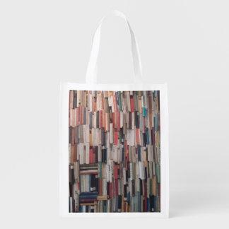 Parede elevada dos livros sacolas reusáveis
