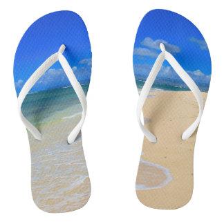 Pares de chinelos com imagem da areia e do surf