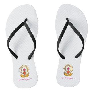 Pares de chinelos dourados da pose de Namaste Sun