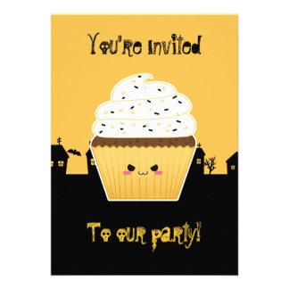 Partido bonito do Dia das Bruxas do cupcake do Convites