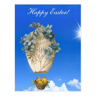 Páscoa bonita - céu, pintinhos de voo e flores cartão postal