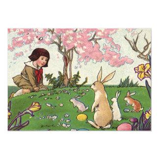 Páscoa do vintage, criança em uma caça do ovo com convite 12.7 x 17.78cm
