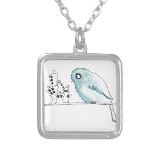 pássaro azul urbano em um fio colar banhado a prata