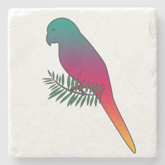 Pássaro colorido em uma porta copos da pedra do porta copos de pedras