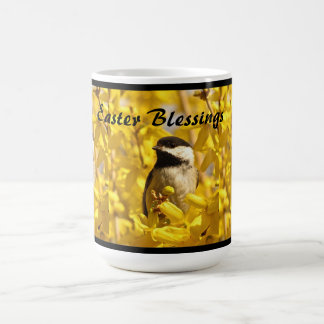 Pássaro do Chickadee da páscoa na caneca amarela