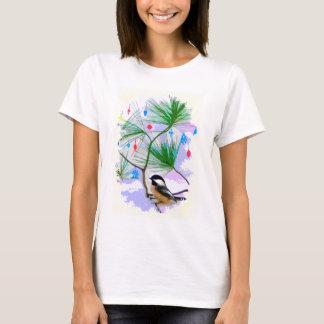 Pássaro do Chickadee na camisa da árvore