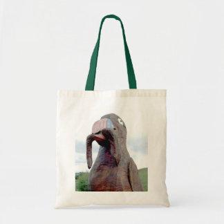 Pássaro enorme com o sem-fim no bico bolsa
