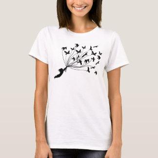 Pássaros de vôo na camisa das cordas