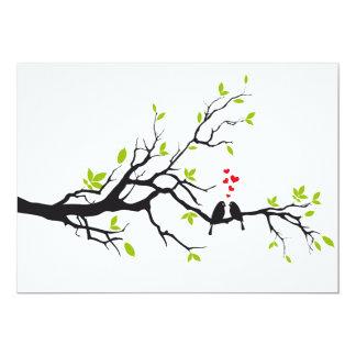 Pássaros do amor na árvore com corações vermelhos convite 12.7 x 17.78cm