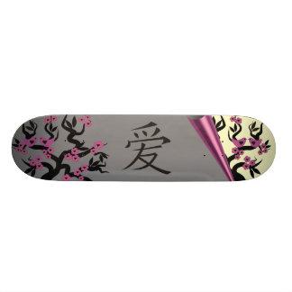 Pássaros do amor na árvore de Sakura e no símbolo  Shape De Skate 18,4cm
