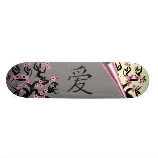 Pássaros do amor na árvore de Sakura e no símbolo  Shape De Skate 19,7cm