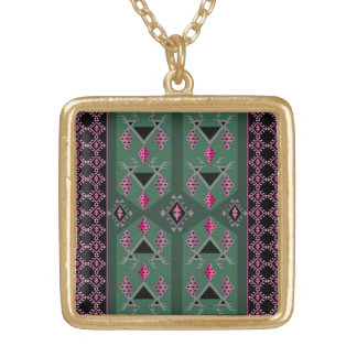 Pássaros e uvas verdes e teste padrão cor-de-rosa colar banhado a ouro