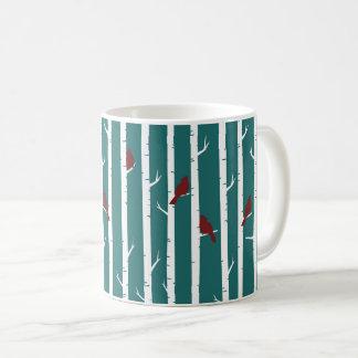 Pássaros em uma caneca de café do bosque do