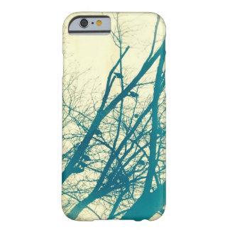 Pássaros em umas capas de iphone da árvore