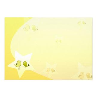 Pássaros esverdeados bonitos do amor convite personalizados