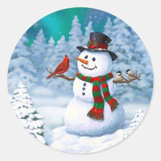 Pássaros felizes do boneco de neve e do inverno adesivo redondo
