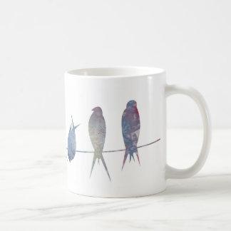 Pássaros na caneca do fio