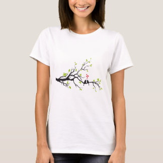 Pássaros no amor com corações vermelhos na árvore camiseta