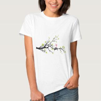 Pássaros no amor com corações vermelhos na árvore t-shirt
