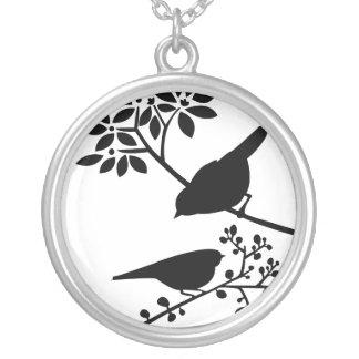 Pássaros preto e branco colar banhado a prata
