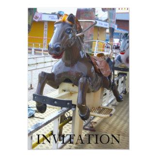 Passeio do cavalo em um convite do Funfair