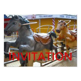 Passeio do cavalo em um convite feliz do Funfair