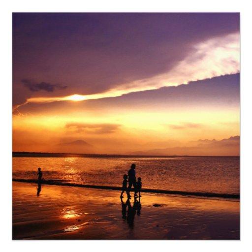 Passeio na praia no por do sol convite