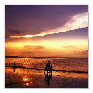 Passeio na praia no por do sol convite quadrado 13.35 x 13.35cm