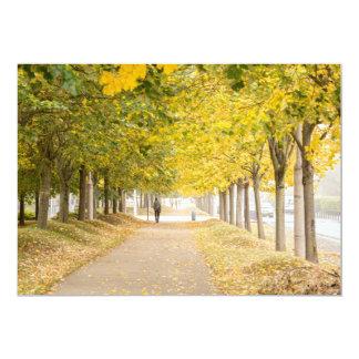Passeio sob as árvores no outono mim convite 12.7 x 17.78cm