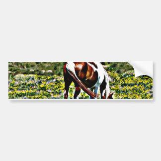 Pastando o cavalo da pintura com flores amarelas adesivo para carro