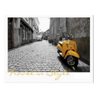 Patinete amarelo cartão postal