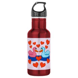 Patos na garrafa de água do amor