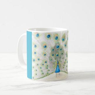 Pavão em uma caneca de café