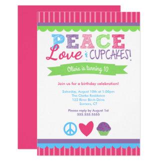 Paz, amor e convite do aniversário dos cupcakes