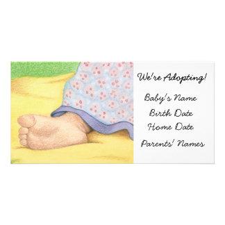 Pé do bebê do anúncio da adopção cartão com fotos