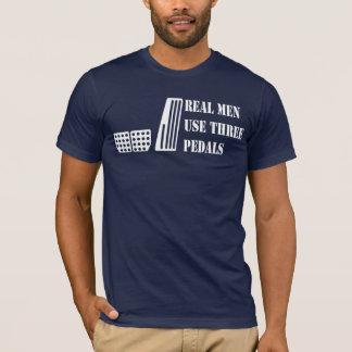 Pedais reais do uso três dos homens camiseta