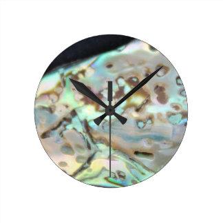 Pedra metálica colorida na face do relógio