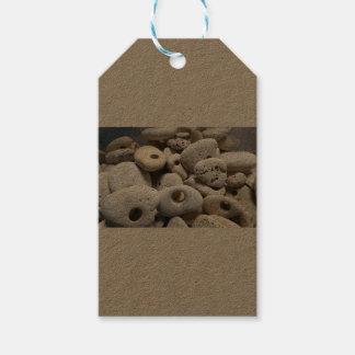 Pedras com etiquetas dos furos