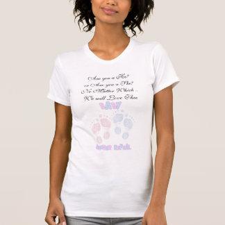 Pegadas do bebê cor-de-rosa e azul que esperam o t-shirt