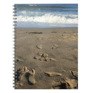 Pegadas na areia, na praia e nas ondas caderno espiral