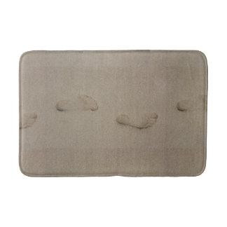 Pegadas na areia tapete de banheiro
