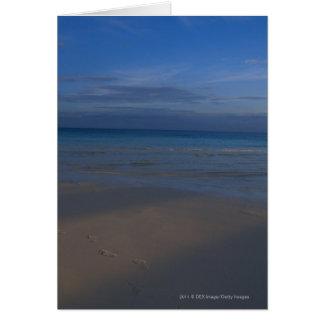 Pegadas na praia cartão comemorativo