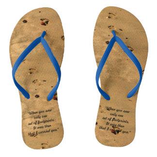 Pegadas nos chinelos da areia