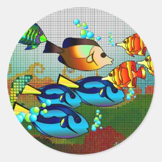 Peixes coloridos que nadam a etiqueta