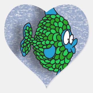 Peixes dos desenhos animados do verde azul no azul adesivo coração