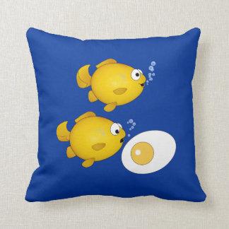 Peixes dos desenhos animados e um travesseiro alea