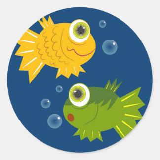 Peixes pequenos adesivo em formato redondo
