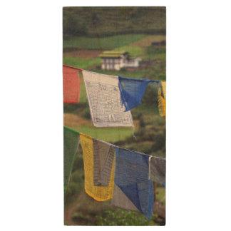 Pen Drive De Madeira Feche acima das bandeiras da oração